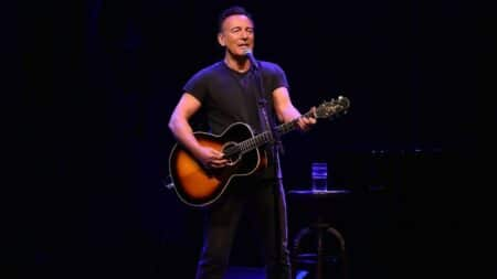 SPRINGSTEEN A BROADWAY SUR SCENE - Paris Bazaar