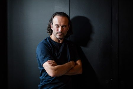 Vincent Perez ne s'est jamais contenté d'être l'un des hommes très charmants du cinéma. Sourd aux lois de son physique, seul le mouvement dicte ses choix. Paris Bazaar